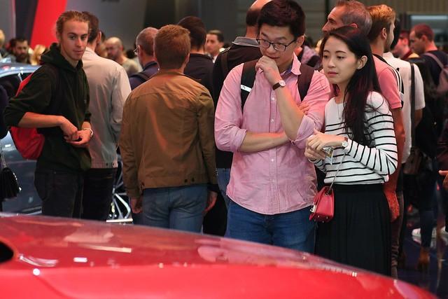 Quá tải gian hàng VinFast tại triển lãm ô tô Paris ngày cuối tuần - Ảnh 7.