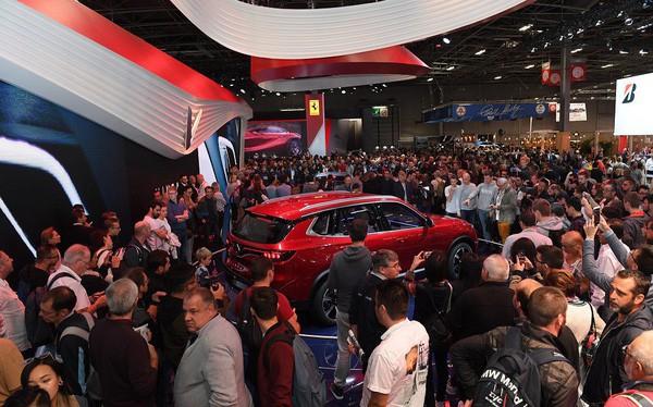 Quá tải gian hàng VinFast tại triển lãm ô tô Paris ngày cuối tuần - Ảnh 1.