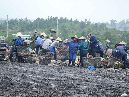 Người dân Khánh Sơn mời lãnh đạo Đà Nẵng trải nghiệm 1 ngày sống bên bãi rác - Ảnh 2.