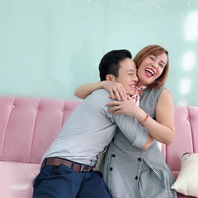 Bị chỉ trích, cô dâu 62 tuổi đáp trả: Càng chửi càng vui, càng nhiều người theo dõi - Ảnh 1.