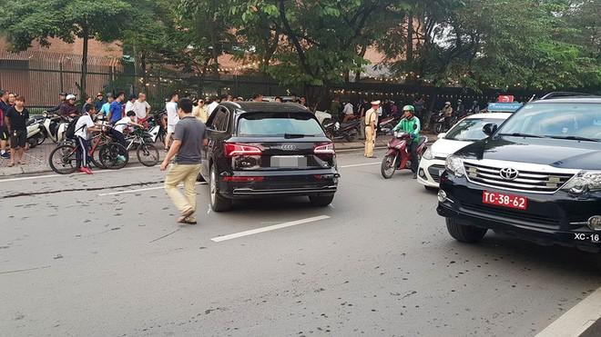 Audi Q5 tông biến dạng Mercedes và hai xe máy trên đường Hà Nội - Ảnh 4.