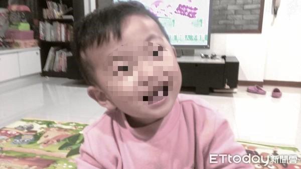 Bé trai 2 tuổi chỉ nặng 6 kg bị bỏ đói đến chết trong nhà vệ sinh, bà mẹ trẻ lập tức bị bắt giữ vì sự thật gây phẫn nộ - Ảnh 1.