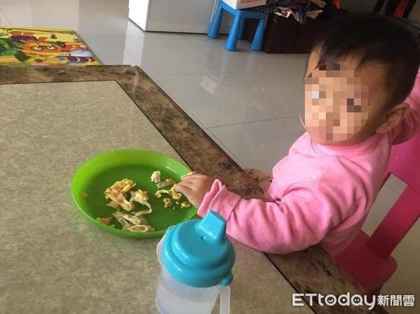 Bé trai 2 tuổi chỉ nặng 6 kg bị bỏ đói đến chết trong nhà vệ sinh, bà mẹ trẻ lập tức bị bắt giữ vì sự thật gây phẫn nộ - Ảnh 2.