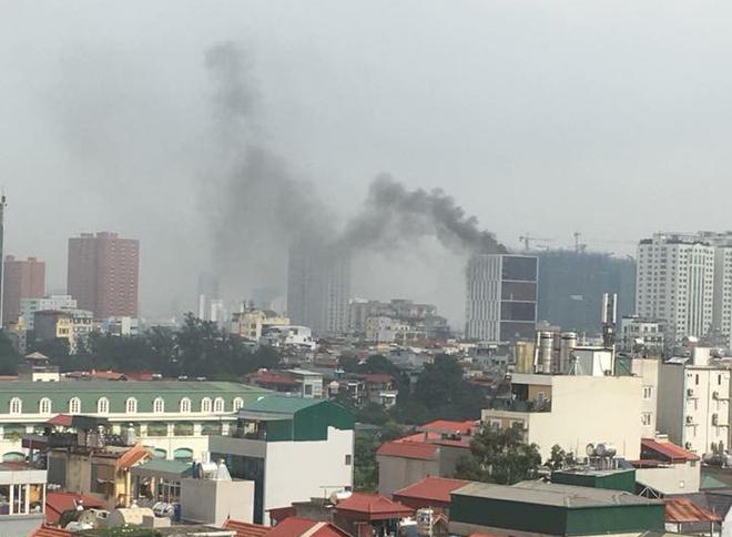 Hà Nội: Cháy lớn tại tòa nhà cao tầng đang thi công trên đường Hoàng Quốc Việt - Ảnh 2.