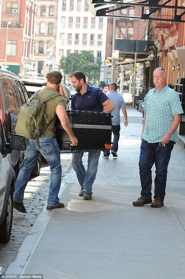 Các ngôi sao cũng phải quỳ gối trước chiêu thức trốn phóng viên của Taylor Swift: Chui vào vali? - Ảnh 3.