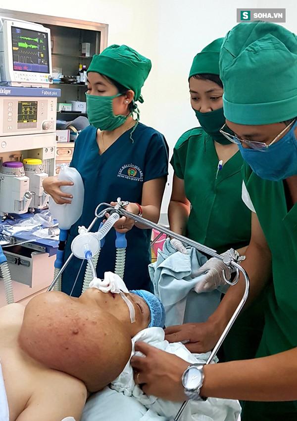 Người phụ nữ ở Tiền Giang mang bướu cổ khủng 5 kg gần 30 năm - Ảnh 2.