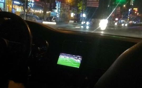 Vừa lái xe vừa xem trận Việt Nam - Malaysia, tài xế khiến hành khách bất an vì những lời bình