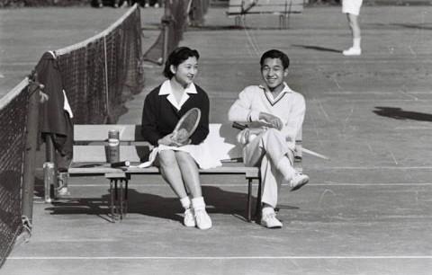 Ngưỡng mộ chuyện tình đẹp như mơ của Nhật hoàng Akihito với cô gái thường dân - Ảnh 1.