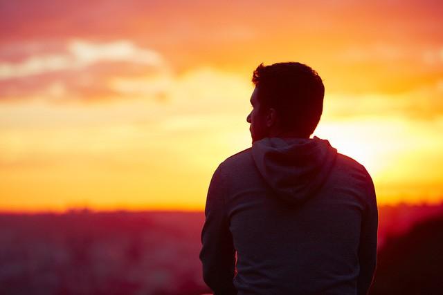 Đừng ôm hận những kẻ chuyên nói xấu sau lưng vì cả đời này họ chỉ đứng sau bạn mà thôi: Cuộc sống là của mình, sao có thể để miệng lưỡi người đời quyết định hạnh phúc? - Ảnh 1.
