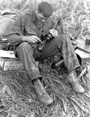 Khẩu M16 quá tệ ở Chiến tranh Việt Nam: Nhiều lính Mỹ nhặt súng AK và quý hơn đồ nhà! - Ảnh 1.