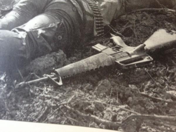 Khẩu M16 quá tệ ở Chiến tranh Việt Nam: Nhiều lính Mỹ nhặt súng AK và quý hơn đồ nhà! - Ảnh 3.