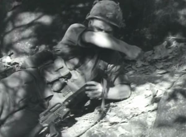 Khẩu M16 quá tệ ở Chiến tranh Việt Nam: Nhiều lính Mỹ nhặt súng AK và quý hơn đồ nhà! - Ảnh 4.