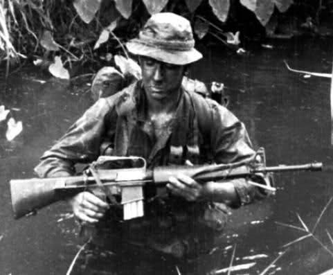Khẩu M16 quá tệ ở Chiến tranh Việt Nam: Nhiều lính Mỹ nhặt súng AK và quý hơn đồ nhà! - Ảnh 6.