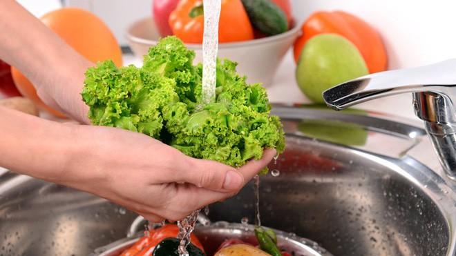 3 sự thật về việc ngâm rau bằng nước muối: Không chỉ có hại, nếu lạm dụng còn nguy hiểm - Ảnh 1.