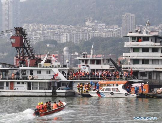 Tài xế và hành khách đánh nhau, xe buýt lao xuống sông giết chết 13 người - Ảnh 4.