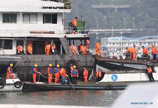 Tài xế và hành khách đánh nhau, xe buýt lao xuống sông giết chết 13 người - Ảnh 6.