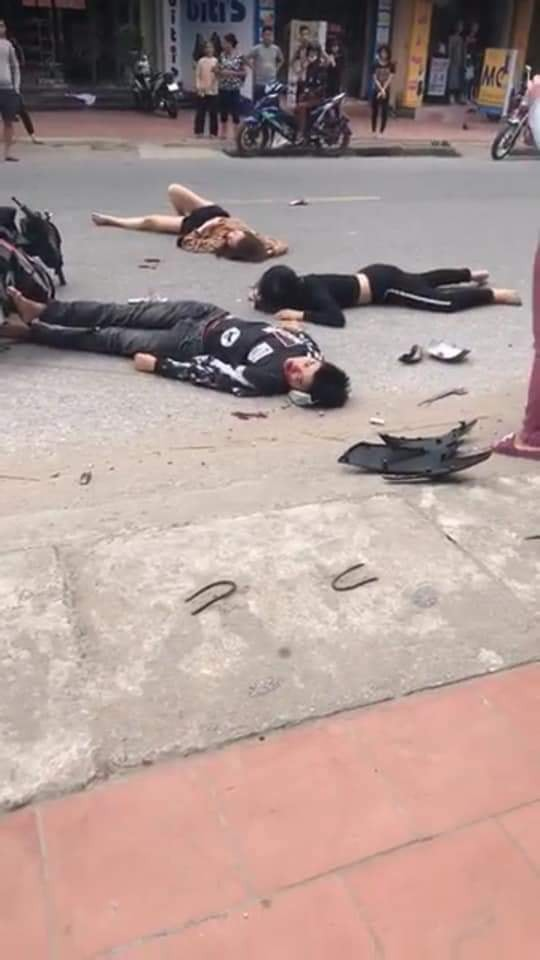 Hiện trường tai nạn xe đạp điện ở Hải Dương: Người nằm sấp, người nằm ngửa la liệt trên đường - Ảnh 3.
