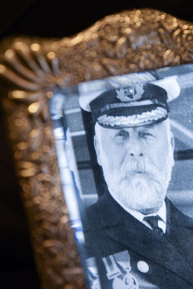 Gương bị ám bởi hồn ma của thuyền trưởng Titanic được bán đấu giá - Ảnh 1.