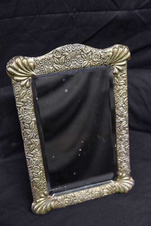 Gương bị ám bởi hồn ma của thuyền trưởng Titanic được bán đấu giá - Ảnh 2.