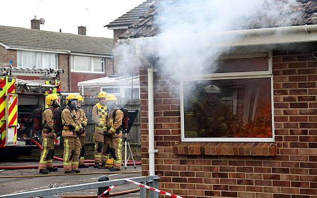 Định châm lửa đốt nhà, người đàn ông khựng lại vì thấy một vật bất ngờ dưới tấm nệm - Ảnh 1.
