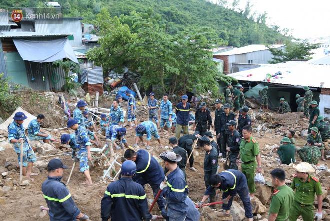 Chùm ảnh: Người dân Nha Trang đau xót dựng bàn thờ chung cho những nạn nhân đã khuất sau trận lũ và sạt lở lịch sử - Ảnh 1.