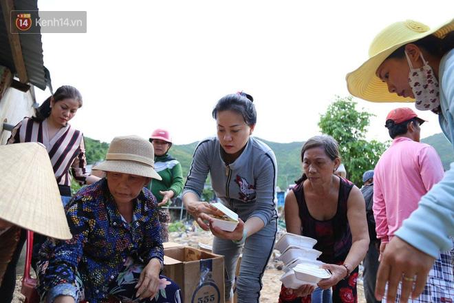 Chùm ảnh: Người dân Nha Trang đau xót dựng bàn thờ chung cho những nạn nhân đã khuất sau trận lũ và sạt lở lịch sử - Ảnh 12.
