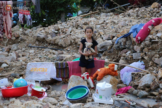 Chùm ảnh: Người dân Nha Trang đau xót dựng bàn thờ chung cho những nạn nhân đã khuất sau trận lũ và sạt lở lịch sử - Ảnh 13.