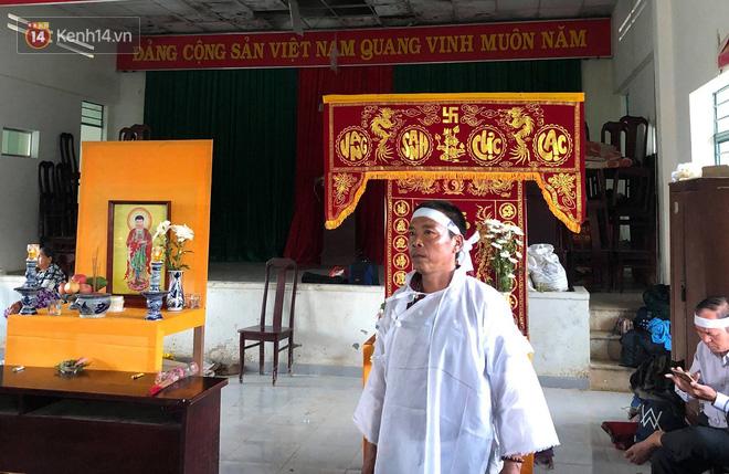 Chùm ảnh: Người dân Nha Trang đau xót dựng bàn thờ chung cho những nạn nhân đã khuất sau trận lũ và sạt lở lịch sử - Ảnh 17.