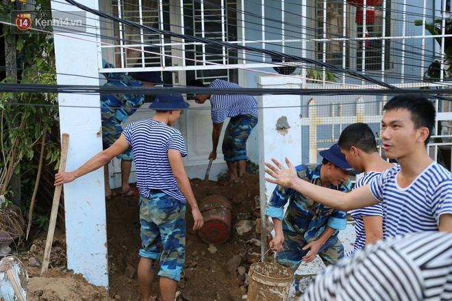 Chùm ảnh: Người dân Nha Trang đau xót dựng bàn thờ chung cho những nạn nhân đã khuất sau trận lũ và sạt lở lịch sử - Ảnh 18.