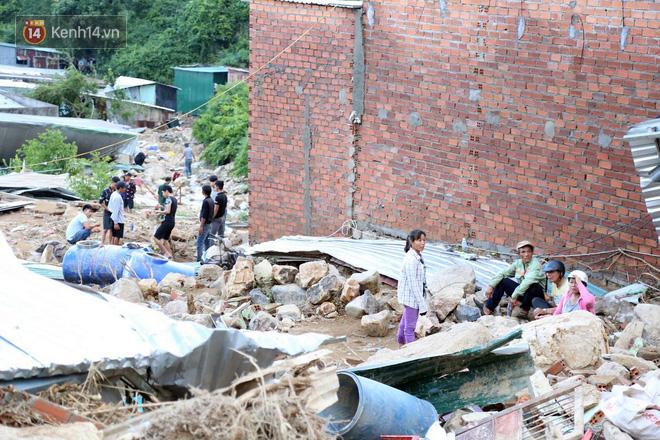 Chùm ảnh: Người dân Nha Trang đau xót dựng bàn thờ chung cho những nạn nhân đã khuất sau trận lũ và sạt lở lịch sử - Ảnh 6.