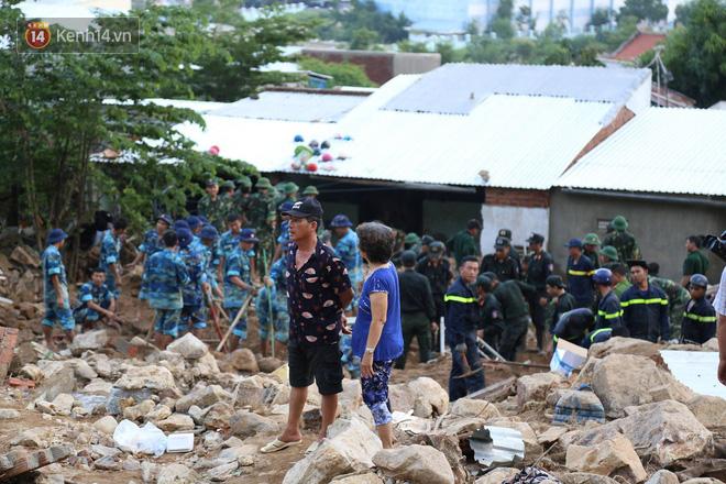 Chùm ảnh: Người dân Nha Trang đau xót dựng bàn thờ chung cho những nạn nhân đã khuất sau trận lũ và sạt lở lịch sử - Ảnh 9.
