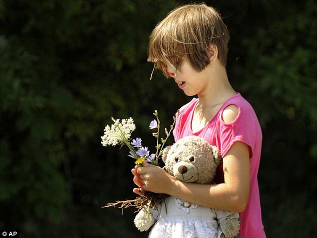 Sự thay đổi ngoạn mục của bé gái bị chồn ăn nửa mặt và ước mơ nhỏ thành hiện thực sau 15 năm - Ảnh 2.