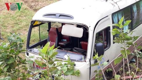 Xe khách lao xuống ruộng, 7 người bị thương - Ảnh 1.