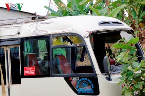 Xe khách lao xuống ruộng, 7 người bị thương - Ảnh 2.
