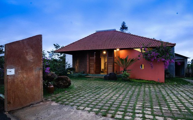Ngôi nhà ngói ấm cúng như ngôi nhà nhỏ trên thảo nguyên của cặp vợ chồng giáo viên ở Lâm Đồng - Ảnh 2.