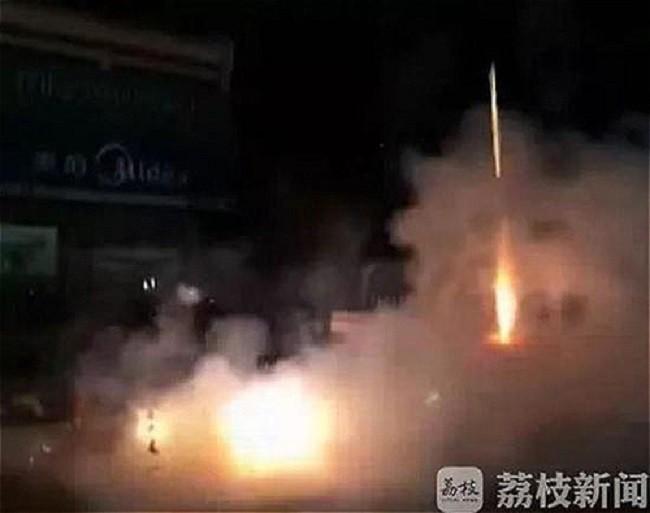 Trung Quốc: Ông bố mua thùng pháo hoa về đốt tưng bừng để thưởng cho con trai, lý do khiến nhiều phụ huynh sửng sốt - Ảnh 2.
