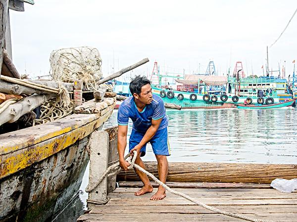 """Bão số 9: Dấu hiệu bất thường"""" ở đảo Phú Quý, hàng nghìn người dân Nha Trang rời làng - Ảnh 4."""