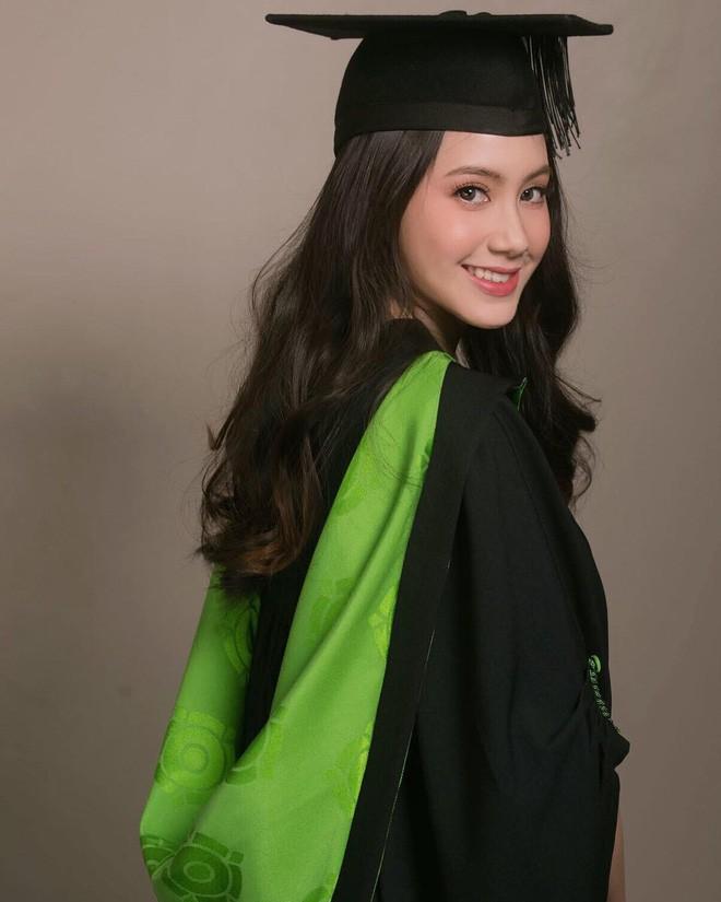 Hot girl Lào gốc Việt xinh đẹp nổi bật trong lễ tốt nghiệp đại học tại Anh - Ảnh 3.