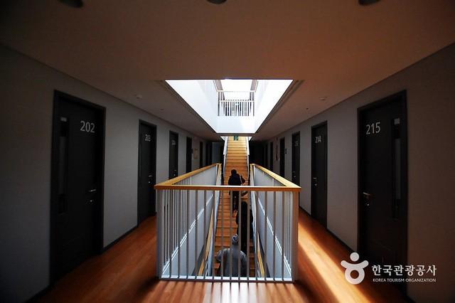 Dịch vụ siêu lạ tại Hàn Quốc: Khi con người ta trả tiền triệu để được... đi tù - Ảnh 1.