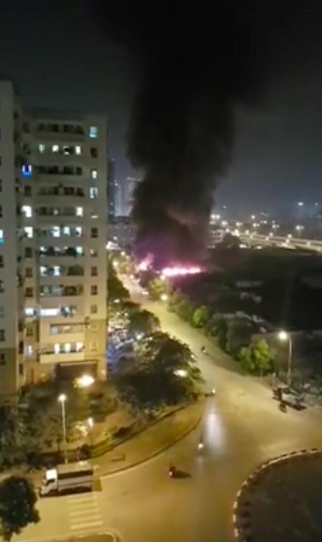 Hà Nội: Cháy lớn tại xưởng nội thất ô tô lúc nửa đêm, hàng trăm cảnh sát căng mình dập lửa - Ảnh 1.