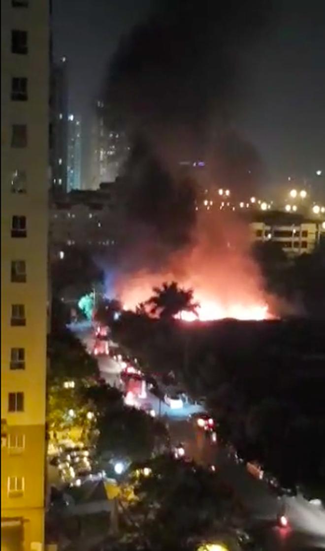 Hà Nội: Cháy lớn tại xưởng nội thất ô tô lúc nửa đêm, hàng trăm cảnh sát căng mình dập lửa - Ảnh 2.