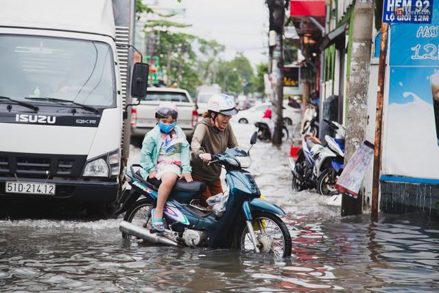 """Đem xe máy điện VinFast Klara lội nước """"lụt"""" sau bão tại Sài Gòn và cái kết - Ảnh 1."""