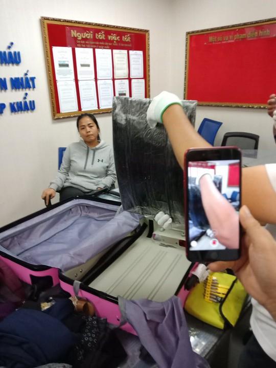 Nhận 1.200 USD để vận chuyển thuê 4,42 kg ma túy qua sân bay Tân Sơn Nhất - Ảnh 1.