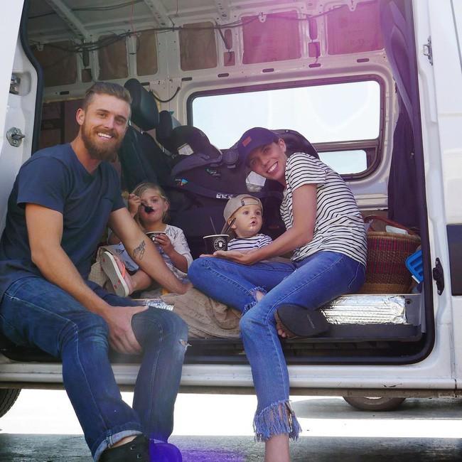 Chán cuộc sống ngày 8 tiếng công sở, gia đình trẻ dọn lên chiếc nhà di động cùng nhau ngao du khắp đó đây - Ảnh 1.