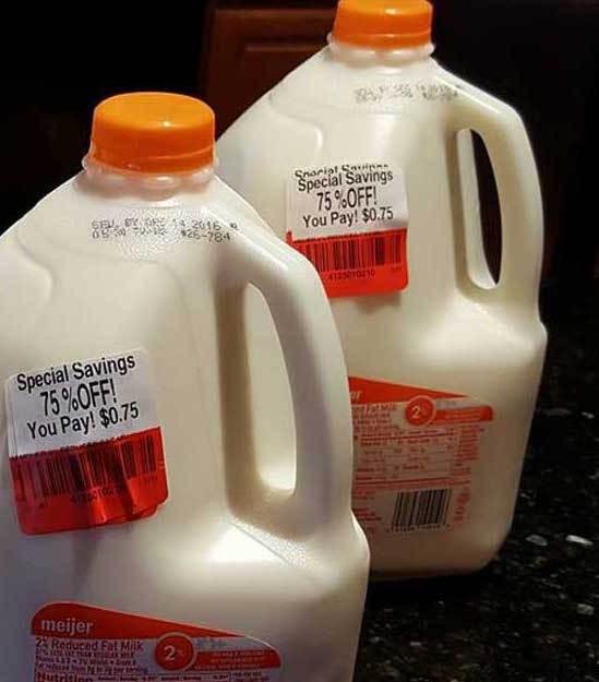 Mời người phụ nữ mua can sữa, cậu bé không ngờ tới hàng loạt hành động tiếp sau của cô - Ảnh 1.