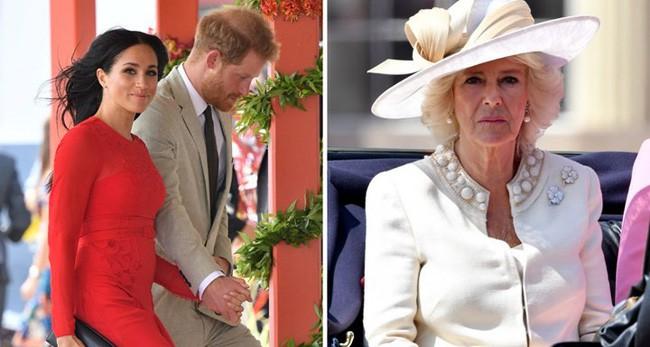 Lần đầu hé lộ cuộc đại chiến giữa bà Camilla với con dâu Meghan trong cung điện hoàng gia - Ảnh 1.