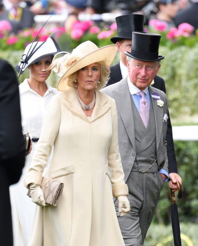 Lần đầu hé lộ cuộc đại chiến giữa bà Camilla với con dâu Meghan trong cung điện hoàng gia - Ảnh 2.