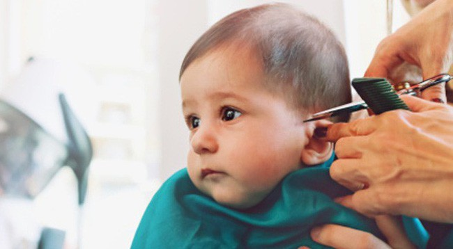 Tác hại khó lường từ việc cạo trọc đầu cho trẻ và mẹo giúp mẹ cắt tóc cho bé dễ dàng - Ảnh 2.