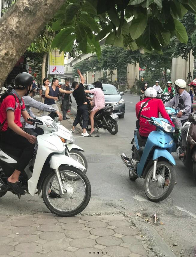 Clip: Nam thanh niên dừng xe, túm tóc đánh bạn gái giữa phố Hà Nội - Ảnh 1.