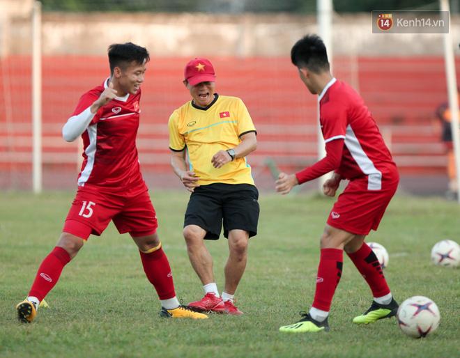 Bị hầm trong bài đá ma, Đình Trọng trút giận lên Văn Toàn ở buổi tập trước trận ra quân AFF Cup 2018 - Ảnh 1.